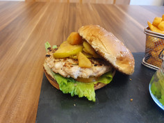 Le cidre burger; hamburger de poulet haché à la main et sa compote de pommes au cidre, le tout agrémenté d'une tranche de pomme caramélisé