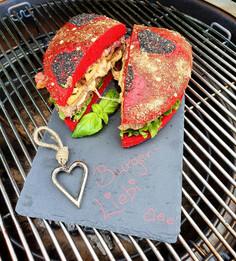 Burger-Liebi; Herz Burger vom Bio Weidebeef, gefüllt mit Alpkäse, Speck und grillierter Ananas