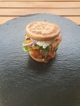 The You're shrimp-ly the best Burger; Vollkorn-Pitabrötchen, grober Senf, beef patty, gepickelte Melone, Salat, shrimp patty, Joghurt, rote Zwiebel, Oreganohni_-_The_You're_shrimp-ly_the