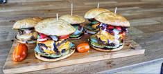 Doppel-Cheeseburger mit Nachos und Guacamole