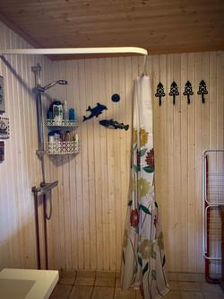 Bad med varmekabler, vannklosett og dusj