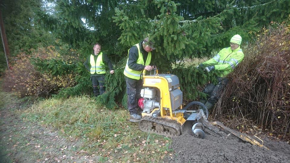 Lørdag 24. oktober: Det gjenstår bittelitt jobb på Solum. Kjedegraver i sving i hagene.
