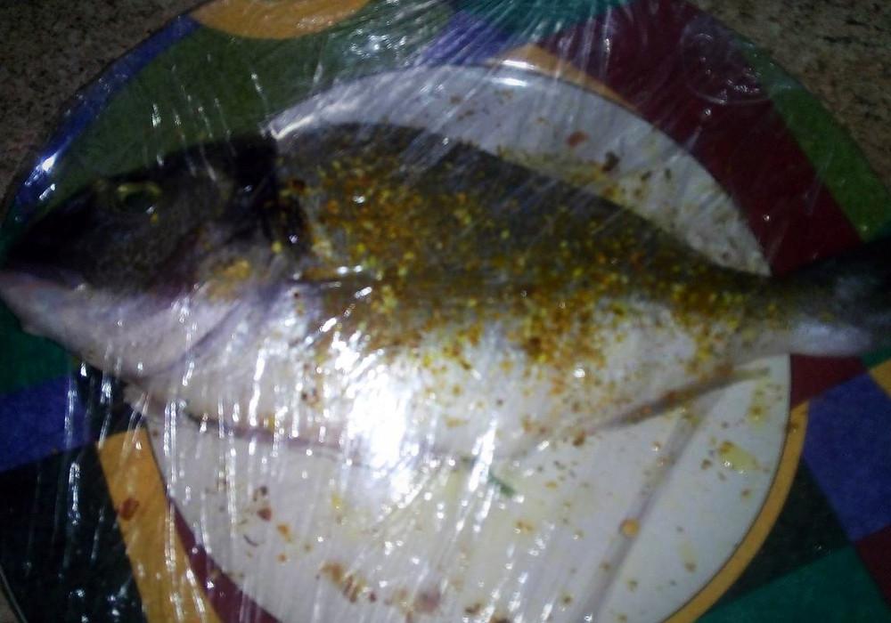 рыба под целофановой пленкой