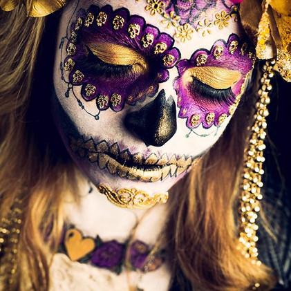 Love playing with make-up #diadellosmuertos #facepaint #facepainter #facepainting #makeup #makeupgeek #goldandpink #makeupartist #skull #sku