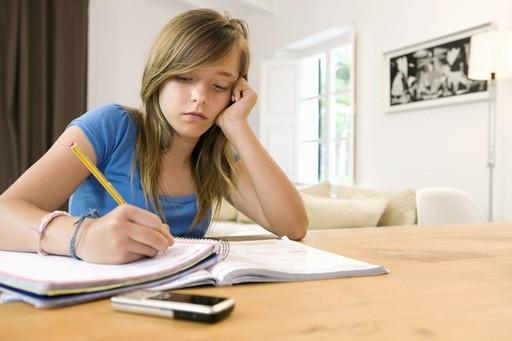 Ragazza concentrata sullo studio