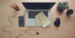 foto di un computer con modulo e matita