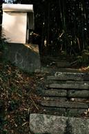 東下の階段
