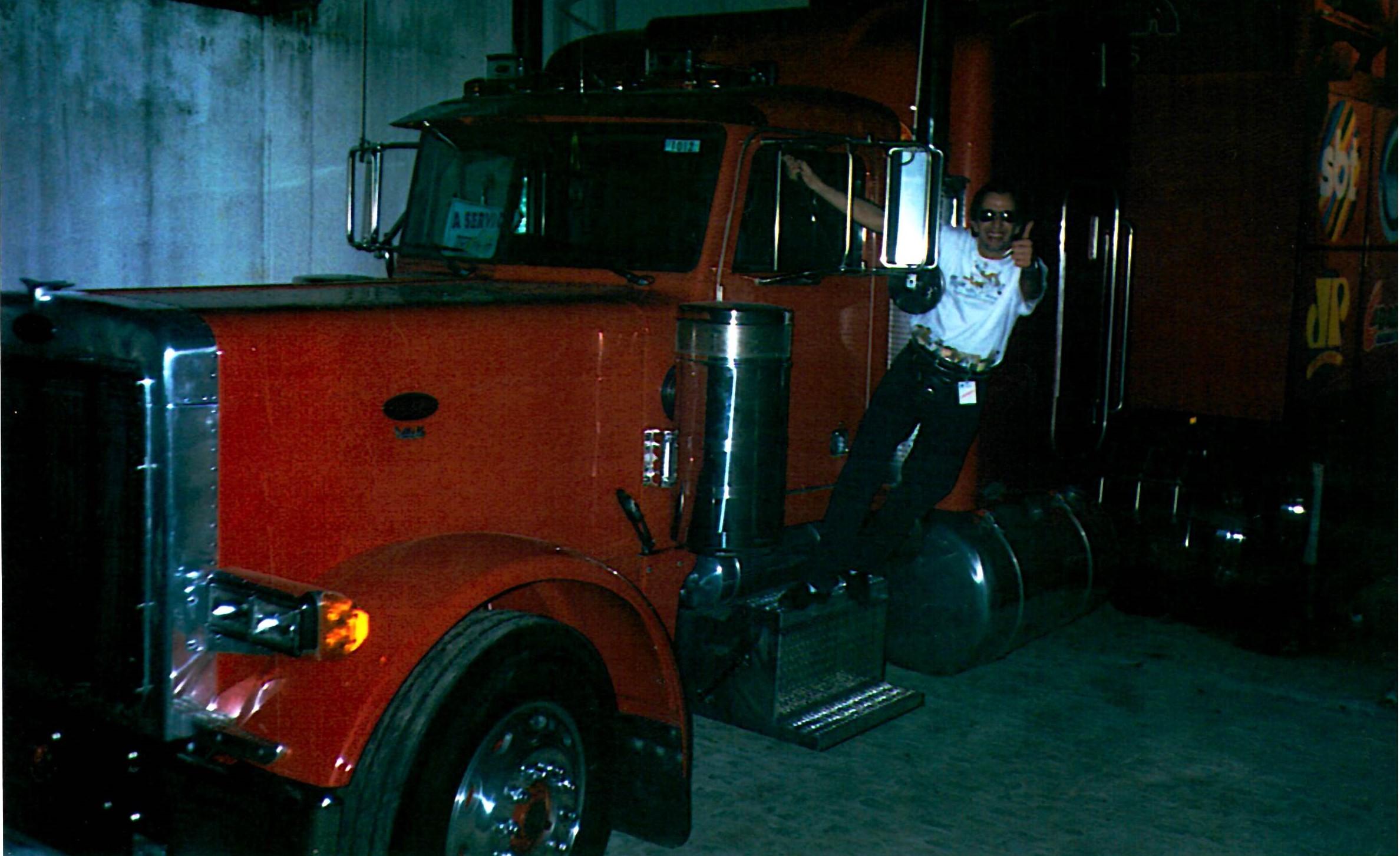 16 - EU - Caminhão verm.