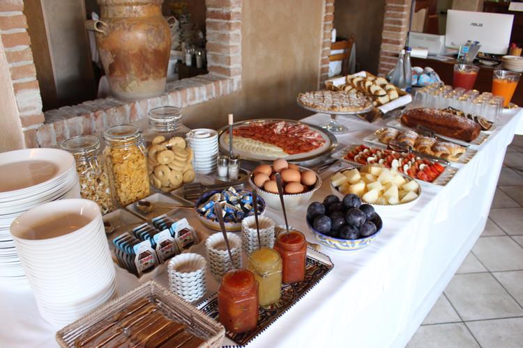 Ricca colazione a buffet con specialità fatte in casa e prodotti locali.