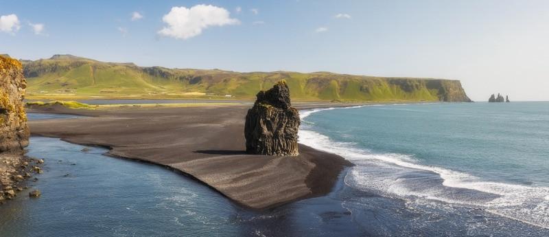 Columna de roca en una playa de arenas negras en Islandia