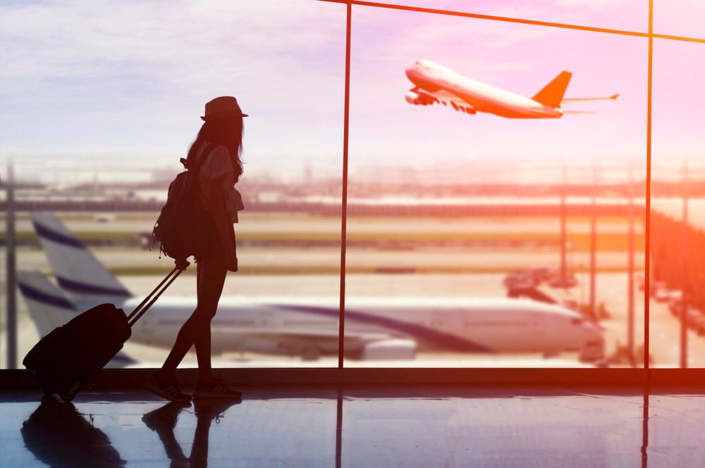 chica en el aeropuerto puesto que va a visitar islandia
