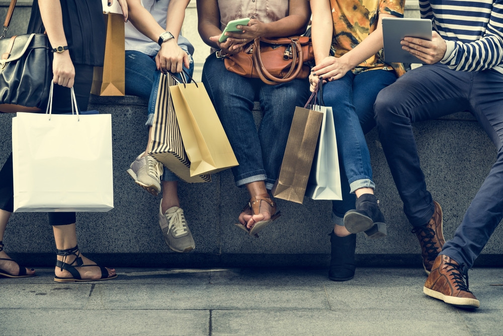 Gruppo di giovani de shopping in Islanda