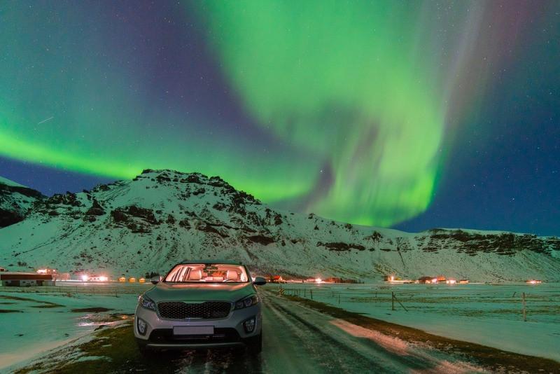 coche de alquiler en islandia bajo la aurora boreal