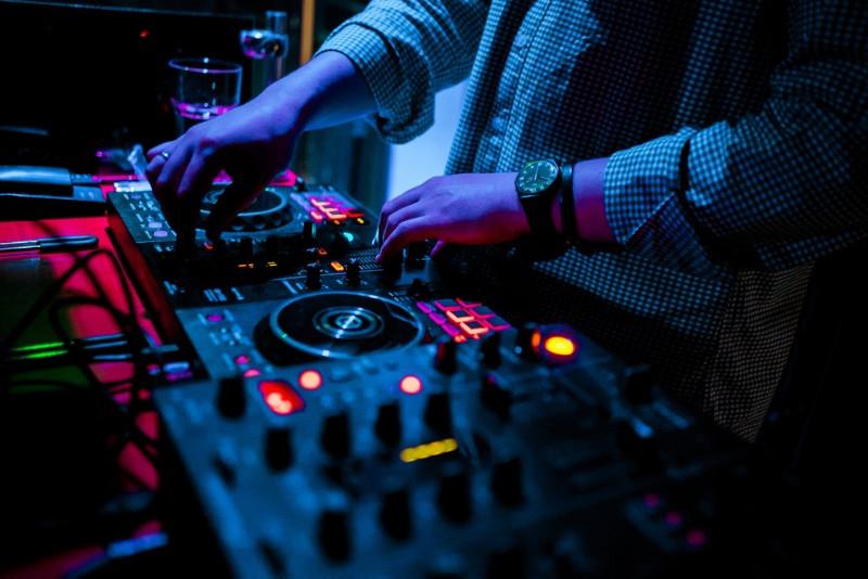 DJ pinchando música en la vida nocturna de Reikiavik