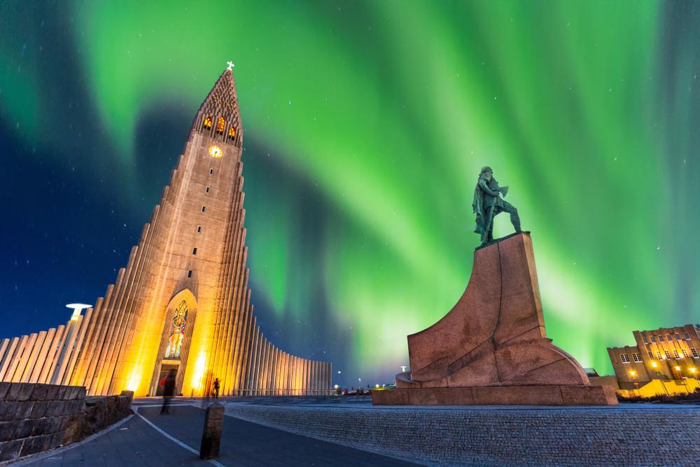 Vista a la famosa iglesia de Reikiavik, uno de los puntos más destacados de la ciudad.