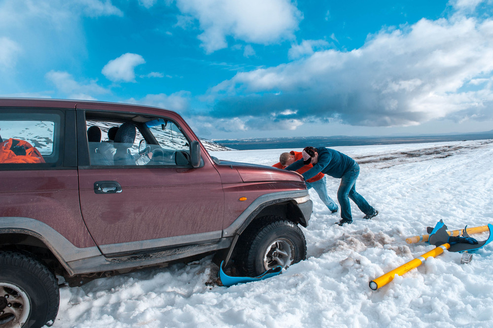 Car stuck on snow for not following the icelandic traffic law.