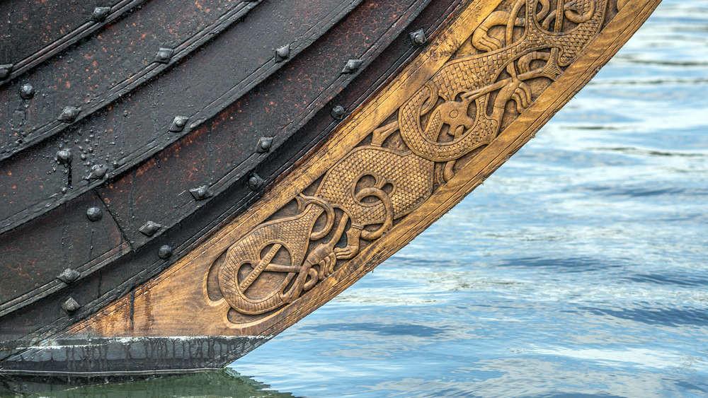 Detalle del tallado en la proa de un barco vikingo