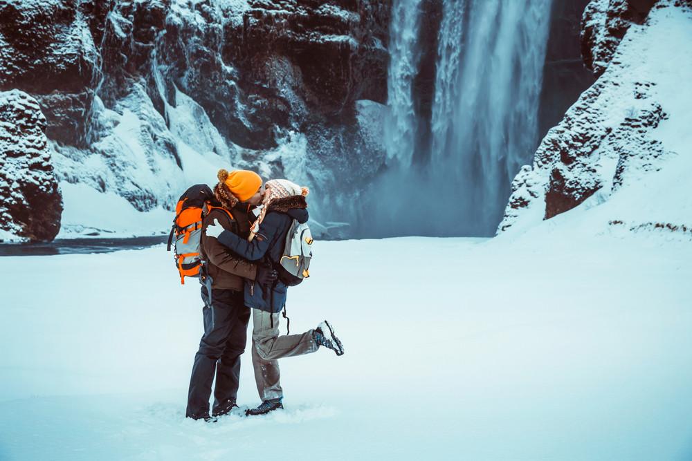 coppia godendo la loro luna di miele in inverno in Islanda
