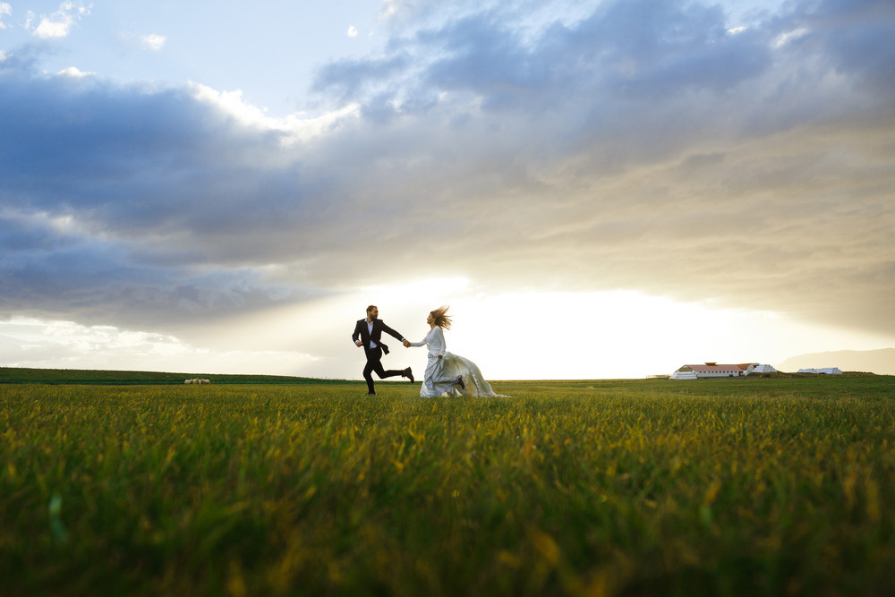 coppia che si gode la luna di miele in Islanda