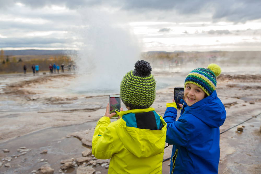 Par de niños en el circulo dorado - islandia con niños