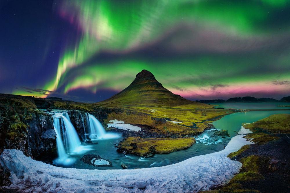 Montaña de Kirkjufell con las auroras boreales de fondo