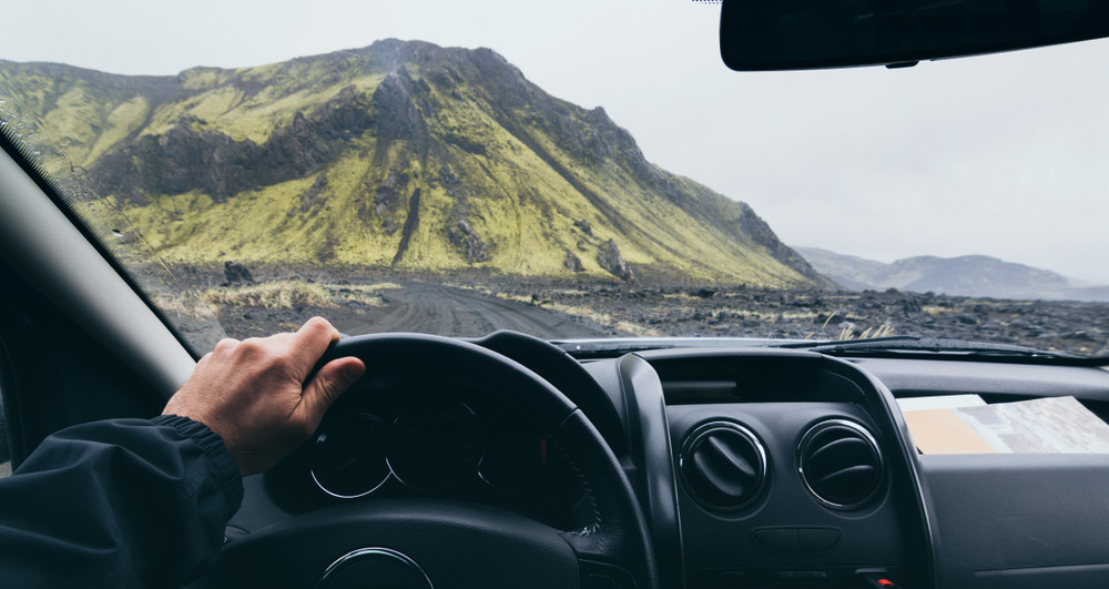 chico conduciendo hacia Landmannalaugar
