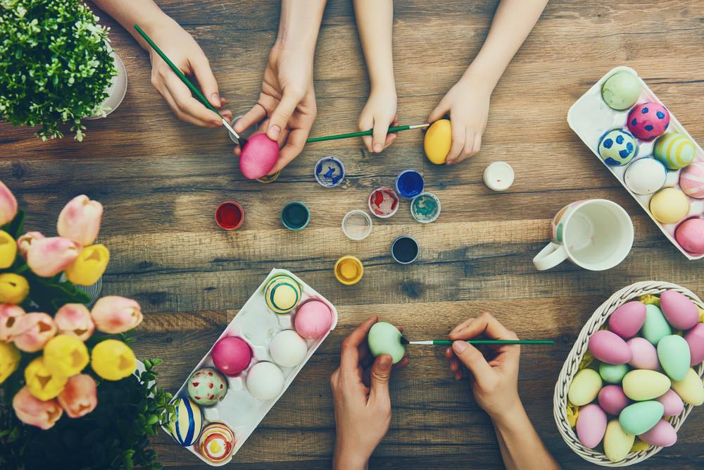 Familia decorando huevos en la semana santa en Islandia