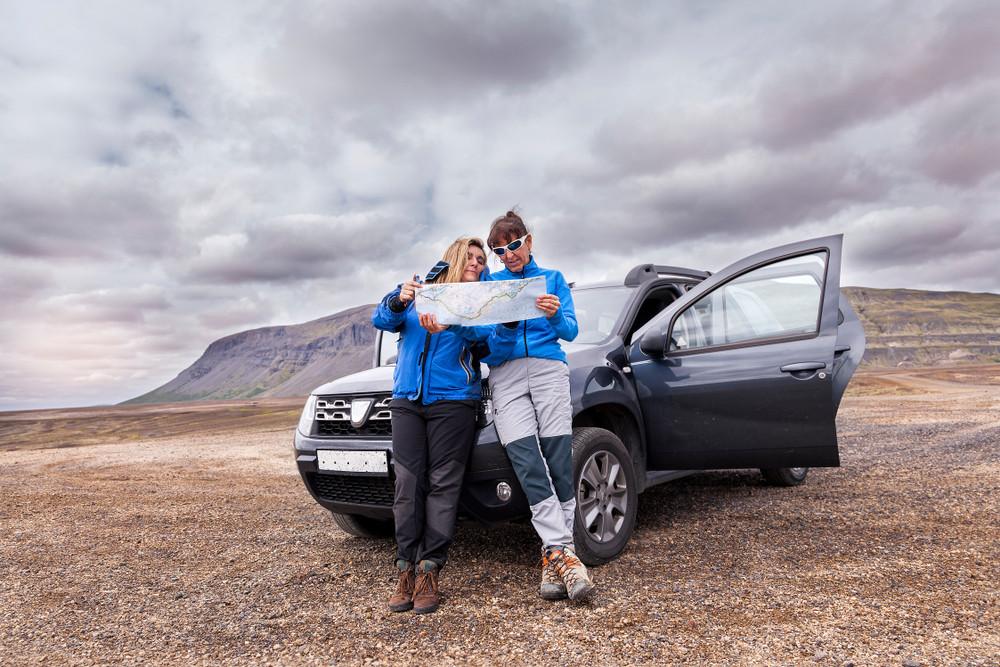 coppia nella loro auto suv a noleggio in Islanda