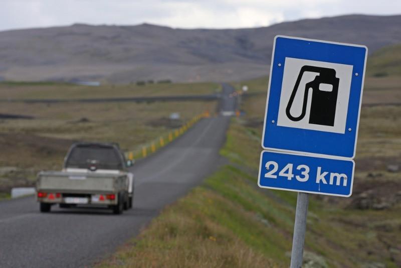 Cartel de gasolinera para repostar coche de alquiler en islandia