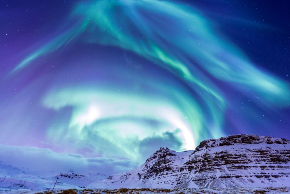 Aurora boreale nel paesaggio islandese