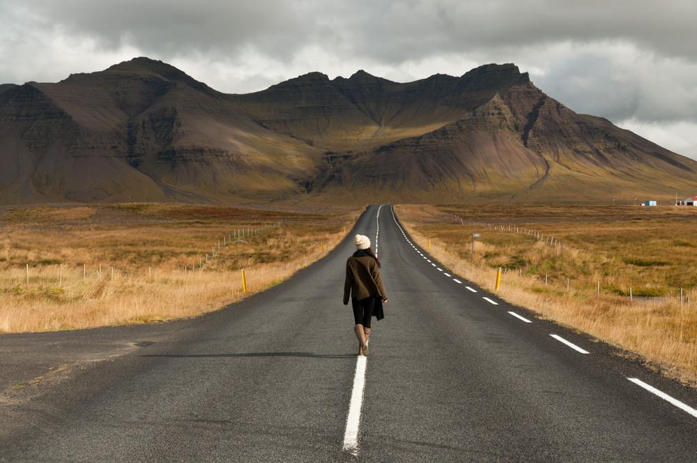 Ragazza che fa cose interessanti sulla ring road islandese