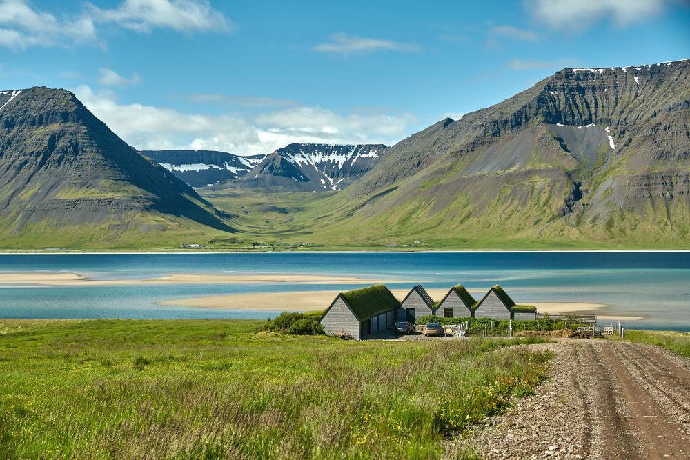Preciosas vistas de los fiordos islandeses con las montañas al fondo