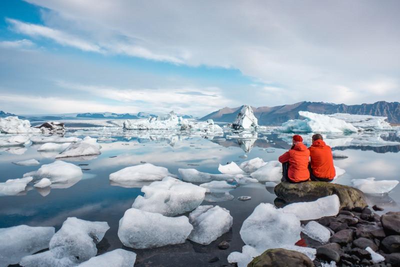 Pareja visitando el lago glaciar de Jokulsarlon