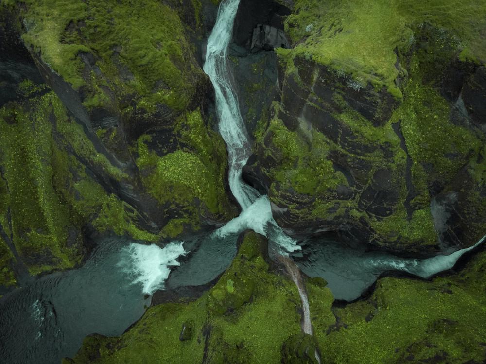 Vistas desde dron del cañón Fjadrargljufur