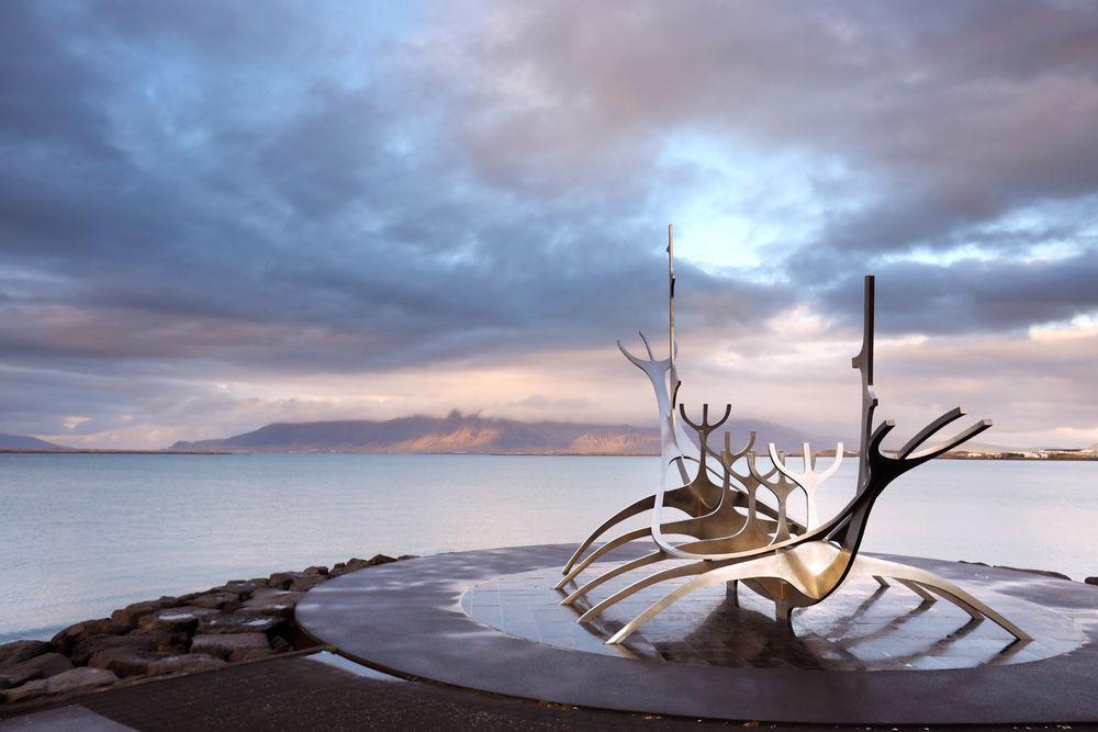 Escultura del viajero del sol en Reikiavik
