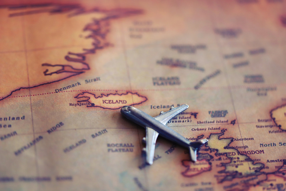 Foto de un avión como opción para viajar a Islandia