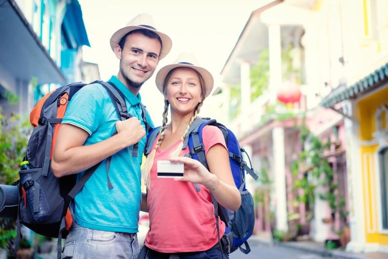 Turistas haciendo uso de las tarjetas de descuento en Islandia