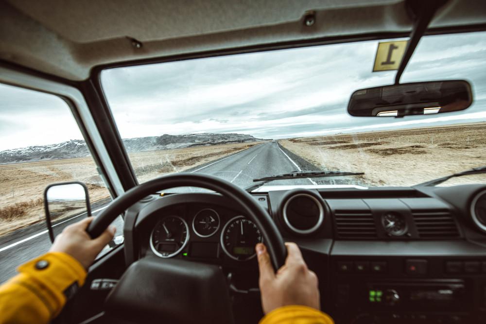uomo che guida sulla ring road islandese