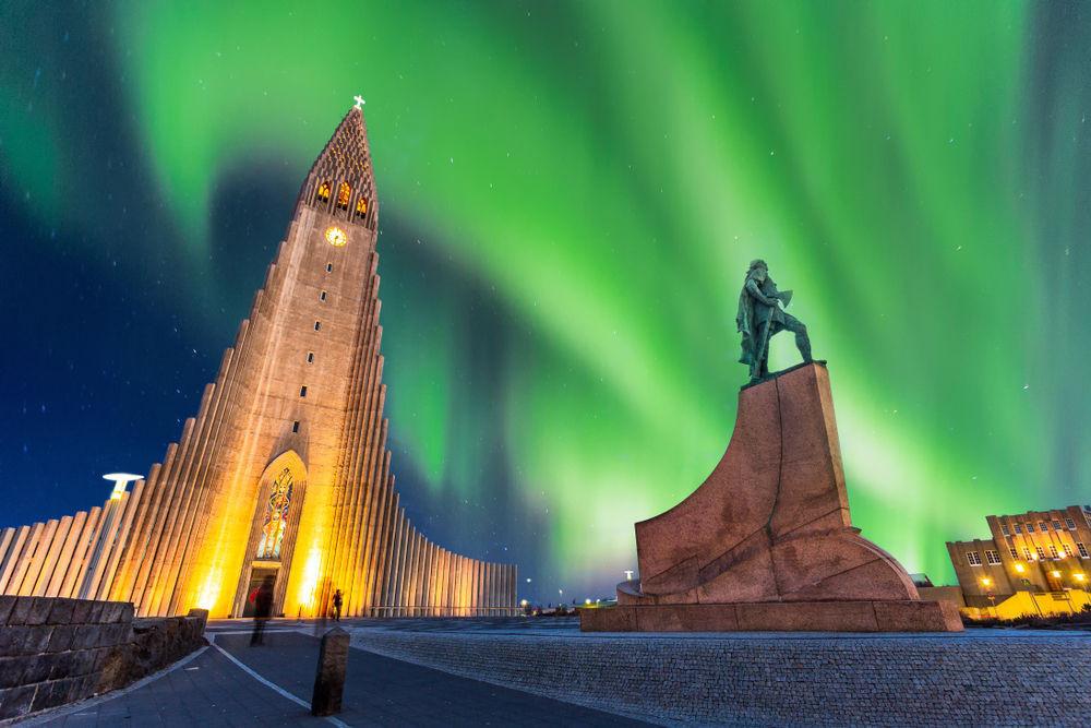 Hallgrímskirkja con las auroras boreales en Reikiavik