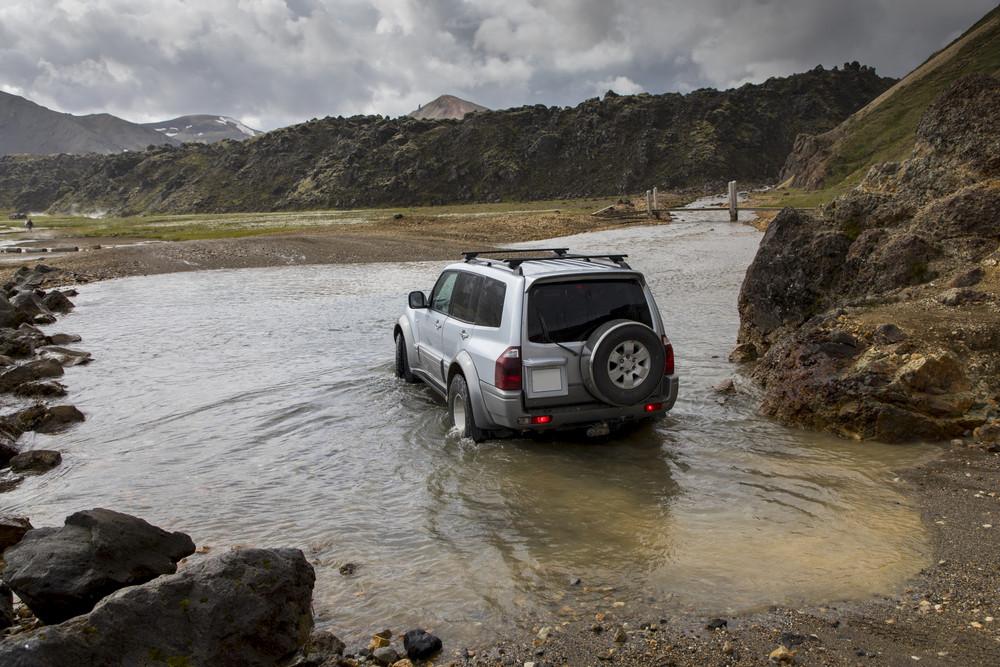 Jeep cruzando un río en las tierras altas de Islandia