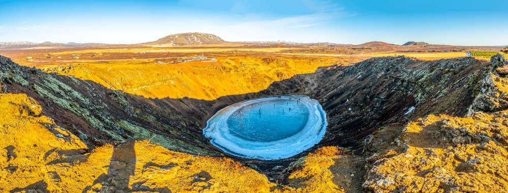 vista panorámica al cráter de kerid en Islandia