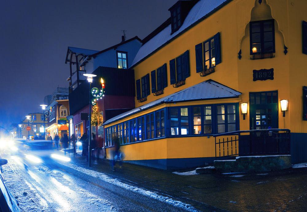 Laugavegur, calle de compras en reikiavik en la noche