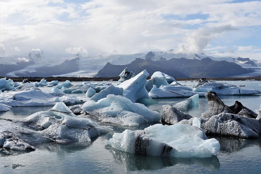 Laguna glaciar con Iceberg en el frío invierno islandés