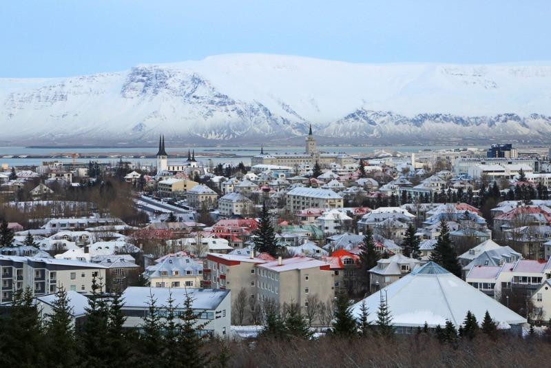 vistas de Reikiavik con el monte esjan de fondo