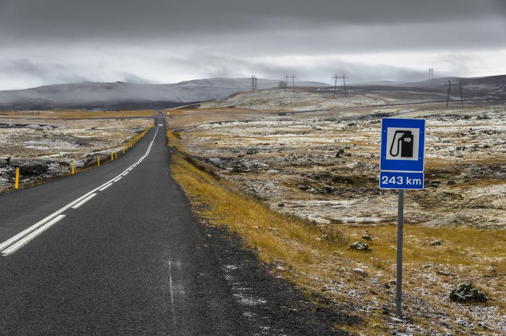 cartello stradale della prossima stazione di benzina in Islanda
