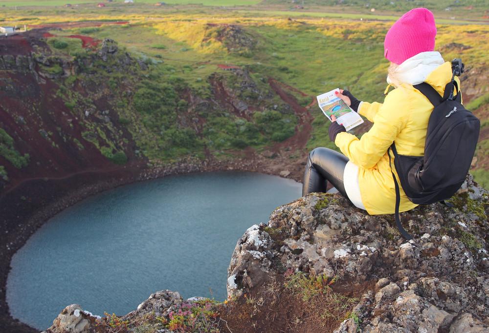 ragazza seduta sul bordo del cratere di Kerid