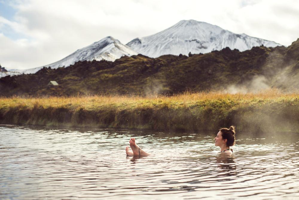 joven disfrutando de los baños termales de Landmannalaugar