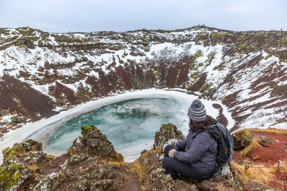 turista che visita il cratere di Kerid dall'alto