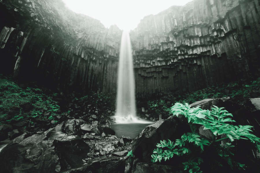 splendida cascata nera in islanda