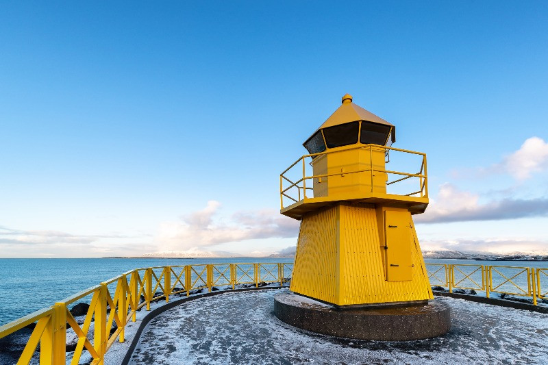 Faro amarillo del viejo puerto de Reikiavik